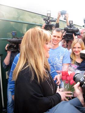 Примадонна призналась в любви к одесситам прямо на вокзале.