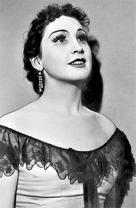 Такой в 1957 году юная Женя вышла на сцену в роли Виолетты.