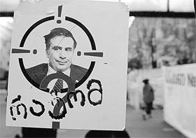 Грузинская оппозиция давно взяла Михаила Саакашвили на прицел. Вчера в него прицелились еще и из танковых орудий.