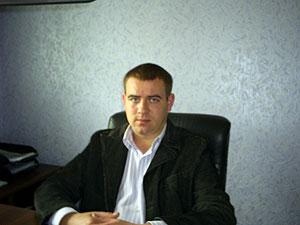 Назар Гончаров, несмотря на рану, кинулся за пьяным юнцом - чтоб тот не натворил других бед.