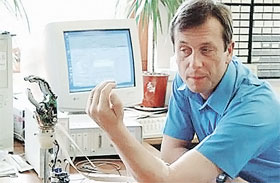 Впервые в мире в 1998 году профессор кибернетики университета Рединга (Великобритания) Кевин Уорвик вживил себе в руку компьютерный чип. Чуть руку не потерял.