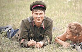 Сельский парень Гришка надел фому убитого лейтенанта и пошел на войну.