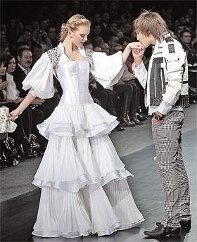 На показе коллекции одежды Яны Рудковской Дима отрепетировал свою свадьбу. Настоящая, как говорят друзья влюбленных, уже не за горами.