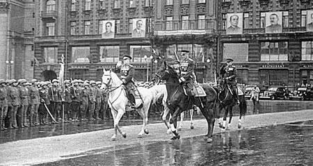 Рокоссовский командовал Парадом Победы, а Жуков его принимал.