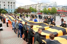 В Симферополе развернули самую большую в мире георгиевскую ленточку - шириной 3,5 м и длиной 50 м. На ее изготовление ушло почти две недели.