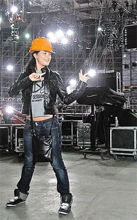 Для того чтобы не получить травму, Настя Приходько инспектировала сцену «Олимпийского» в каске. Береги себя, Настя!