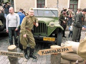 Харьковчане и гости города с интересом рассматривали выставленную в центре ретро-технику.