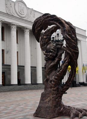Недавно открытый памятник Кобзарю контрастирует с «имперским стилем» сооружения.