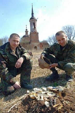 Вячеслав (слева) и Константин решили передать клад православной церкви.