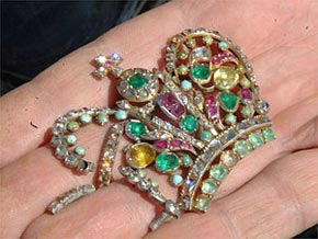 Бриллианты, изумруды, рубины, бирюза... Но ценность этой броши скорее духовная.