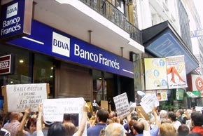 Аргентина, 2001-го: вкладчики осаждают разорившийся банк в надежде вернуть вклады. Знакомая картина, правда?