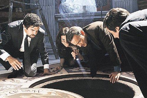 Профессор Лэнгдон (Том Xэнкс) и его напарница (Айелет Цурер) изучают подземелья римских монастырей.
