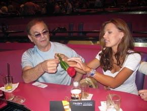 Александра Николаенко и ее супруг Фил Раффин восхищаются чудо-розой.