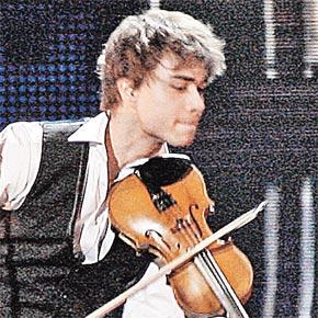 Саша Рыбак случайно наиграл мелодию своей песни.