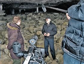 Интервью телевизионщикам в Азасской пещере: Игорь Бурцев полагает, что в подземных полостях могут прятаться йети.