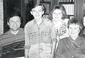 Евгений Кушнарев со своей семьей: сын Андрей, дочь Татьяна, жена Валентина. Снимок сделан в его бытность мэром Харькова (1990 - 1996 годы).