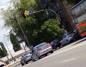При повороте с Набережно-Луговой на Оболонскую не хватает стрелки.