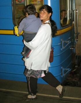 В метро нищими с детьми на руках уже никого не удивишь.