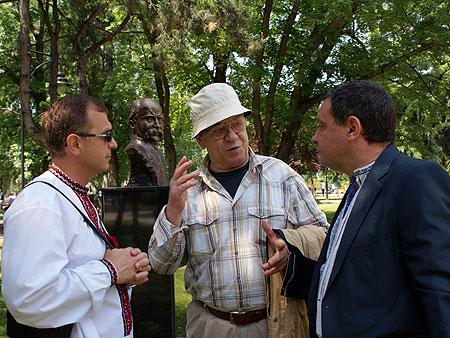 В центре - скульптор академик Томе Серафимовский, справа - Посол Украины в Республике Македония Виталий Москаленко.