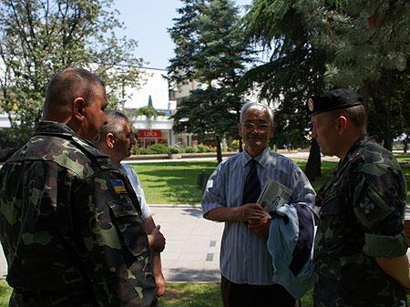 Украинские миротворцы -морские пехотинцы - общаются с членами украинской общественности в Македонии.