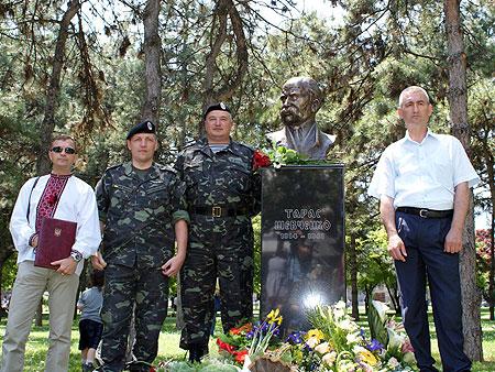 Украинские миротворцы у памятника Кобзарю (слева - подполковник Владимир Веремчук).