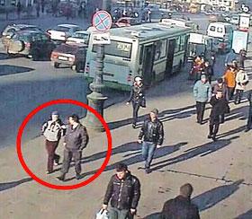 Эта видеозапись стала основной уликой. Через пару десятков метров прапорщик уведет подростка с Невского проспекта в подворотню...