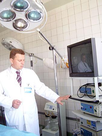 Хирург Алексей Пидмурняк показал, при помощи какого аппарата прооперировал женщину.