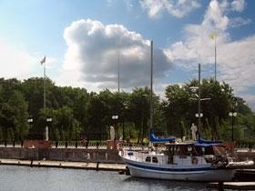 На Оболонской набережной сейчас паркуются яхты, а раньше стояли рыбаки.