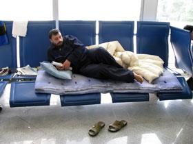 Мохаммед спит на лавке и ест, в основном, только хлеб и сыр.