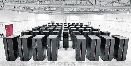 Это нынешний самый производительный компьютер на планете - способен совершать тысячу триллионов операций в секунду. 20 тысяч процессоров расположены на территории в 560 кв. метров. Общий вес - 23 тонны. Страна - США. У его российского коллеги все параметр