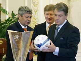 ...а также мяч с афтографами футболистов.