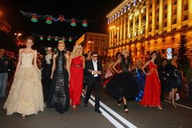 Гости бала решили показать себя, красивых, киевлянам и вышли на Крещатик.