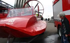 Открылся фестиваль показом спасательной техники. Детишек сразу же заинтересовали катера МЧС.