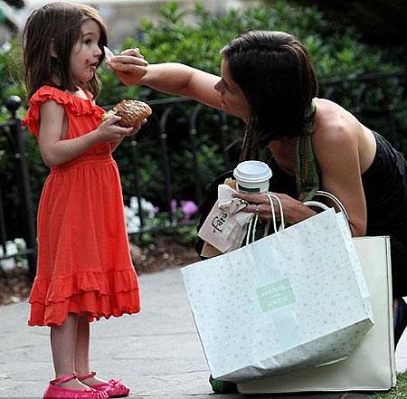 Любимое развдечение Кэти и Сури - отправиться по магазинам на шоппинг. Фото: Daily Mail