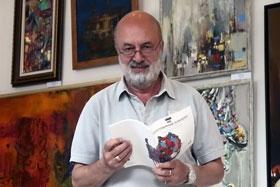 Ведущий торгов Анатолий Борсюк знакомится с перечнем лотов.