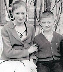Фото 1961 года. 12-летняя Алла Пугачева с младшим братом Женей.