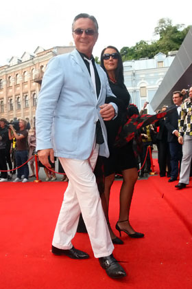 Калныньш во время фестиваля не расставался с новой женой, которая младше него на 30 лет.