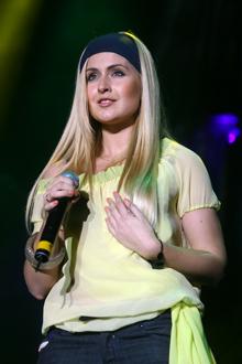 Разогревала публику перед появлением «суперстар» украинская певица Мята.