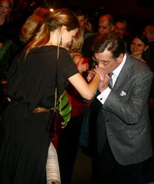 Президенту Украины фильм так понравился, что он целовал руки Сильвии Хукс, сыгравшей в «Душке» главную женскую роль.