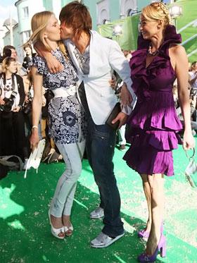 Дима Билан унес с церемонии сразу две «тарелки» - за лучшую песню и за лучшее видео. Певца поздравили его невеста Лена (на фото она слева) и продюсер Яна Рудковская.