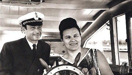 Начало 70-х годов. Капитан речного парохода уступил штурвал исполнительницe песни «Течет Волга» Людмиле Зыкиной.