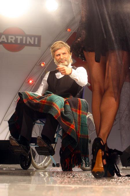 Певец Андрей Кравчук тоже принял участие в показе свадебных платьев. Восседая в кресле-каталке, он, похоже, напоминал всем холостякам, до чего может довести женитьба.