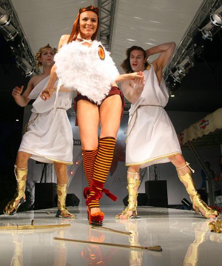 В рамках Бала красоты состоялся показ свадебных нарядов от российских и украинских модельеров. В зрелищном перформансе приняла участие вернувшаяся в группу «ВИА Гра» Надежда Мейхер. Наряд, созданный Еленой Бурениной, состоял из пушистого сердца, прикрыва