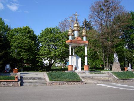 На Пасху священники УПЦ МП провели службу возле храма. А УПЦ КП - возле этой часовенки.