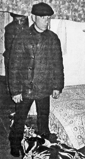 Дядя Юра на следственном эксперименте у кровати, на которой задушили деда Сашу.