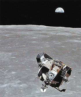 Посадочный модуль «Орел» летит к Луне. Внутри - Армстронг. Думает, что бы такое сказать - легендарное...