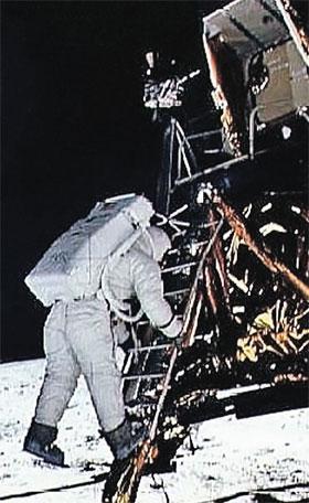 Многие заблуждаются, полагая, что на этом снимке Армстронг готовится к первому шагу по Луне. На самом деле это Олдрин. Снимков того, как спускался Армстронг, нет.