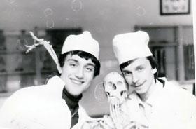 От медицинской романтики Гарик Кричевский (слева) ушел на сцену.