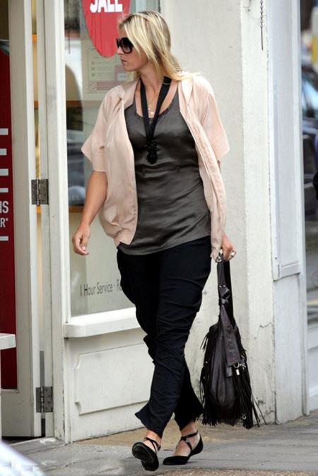 Вместо того, чтобы дрожать от волнения, Маша предалась любимому всеми девушками занятию - шопингу. Фото: Daily Mail.