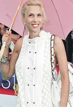 Алена Свиридова спрятала прекрасную фигуру под бесформенным платьем.